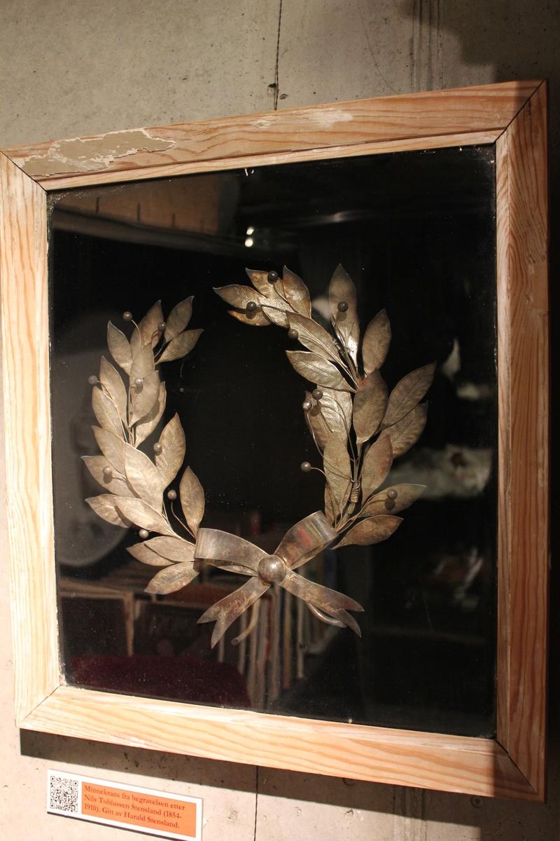 Gravkrans i sølv. Minne krans til begravelsen etter Nils Tobiassen Stensland ( 1954- 1910)