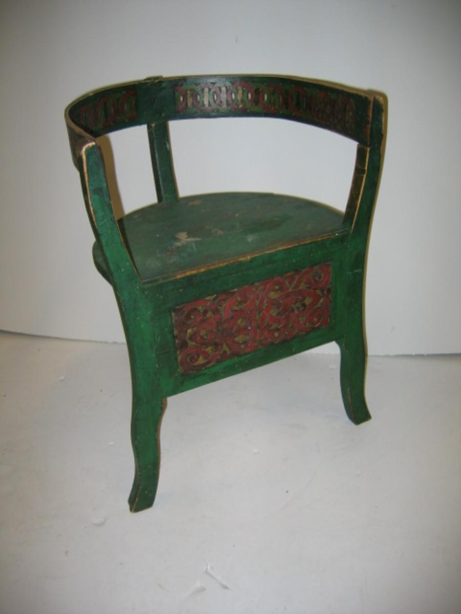 Form: Jordastol med 3 bein. Jorda er    (23) 15: dekorert med dukatsnor. Bindingsbrettet har brunmåla flat- skurd.