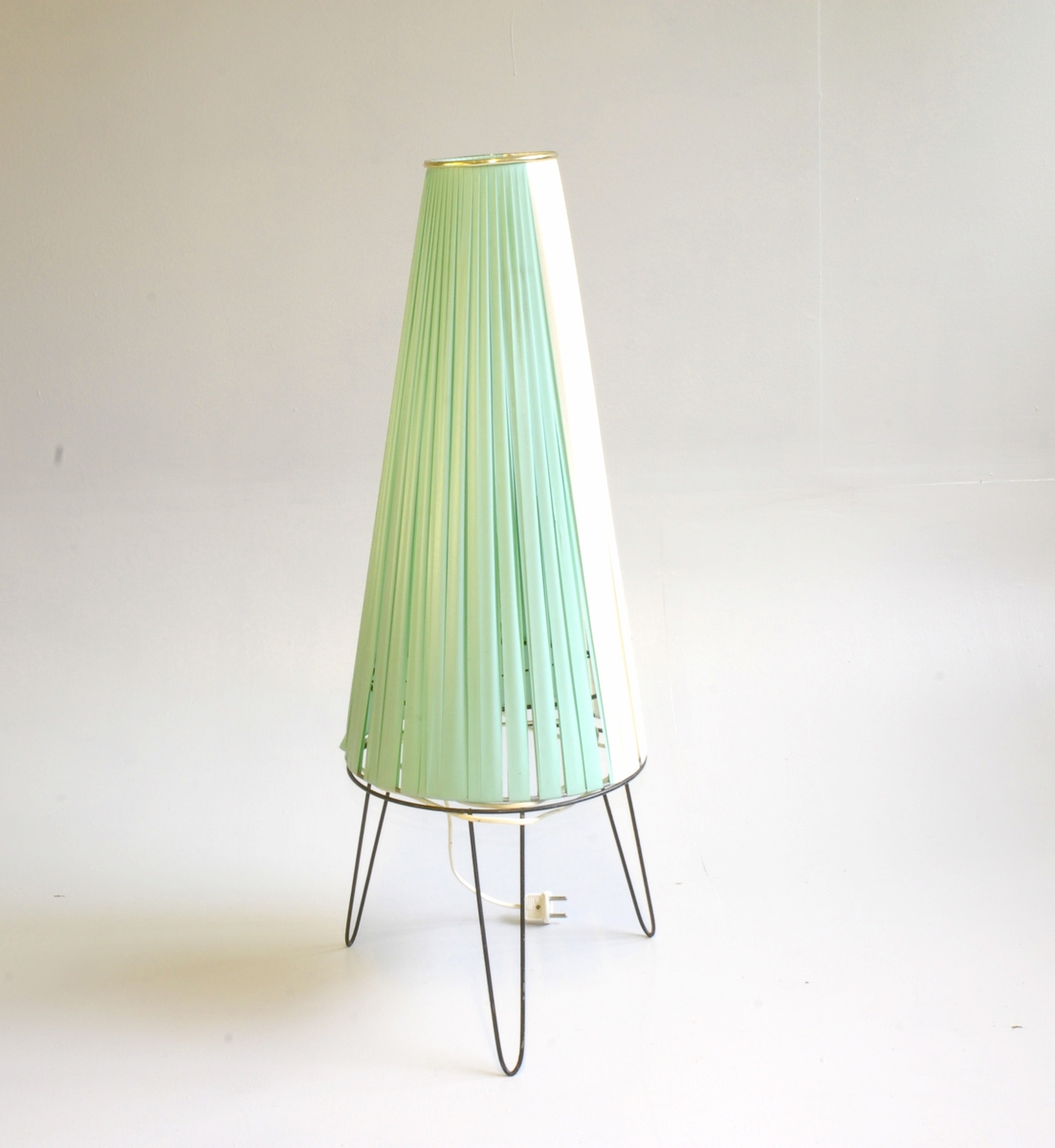 Stor, kjegleforma skjerm  -  Lampeholdar med 3 føter