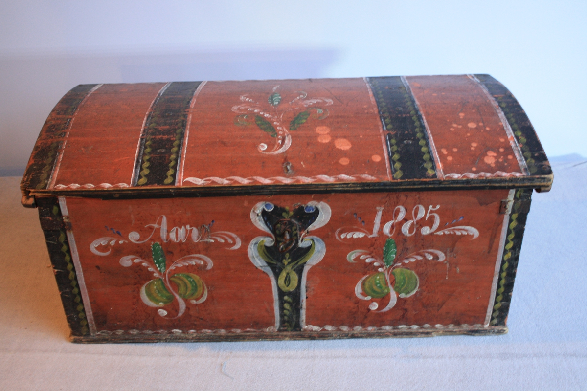 Raudmalt kiste med rosemåling. Bua lok. Nøkkel følgjer med.