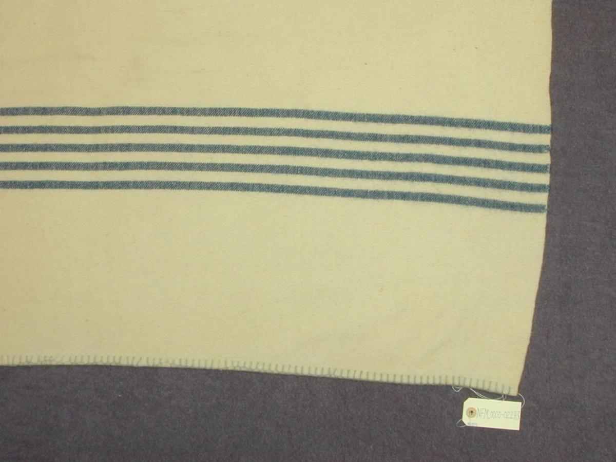 Sauekvit botn, 5 blå stripar i kvar kortende.