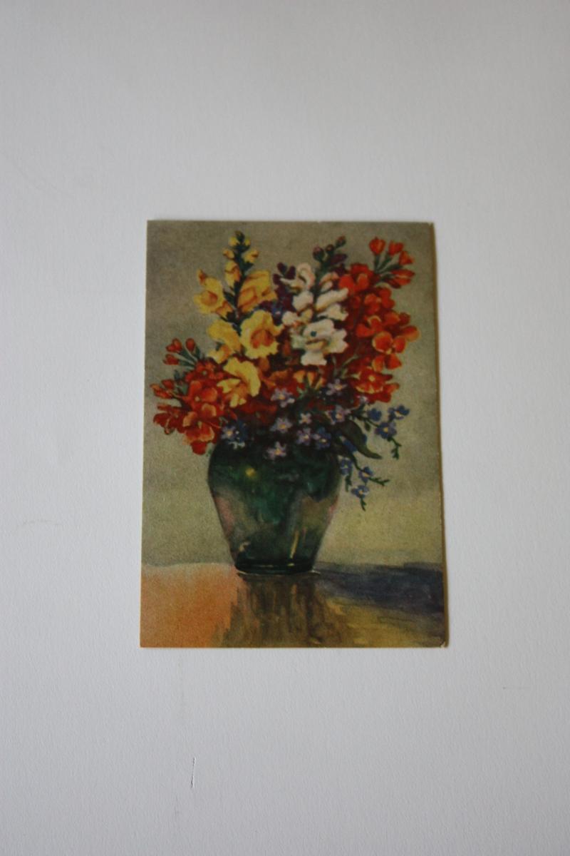 Grøn glasvase med blomsterbukett i
