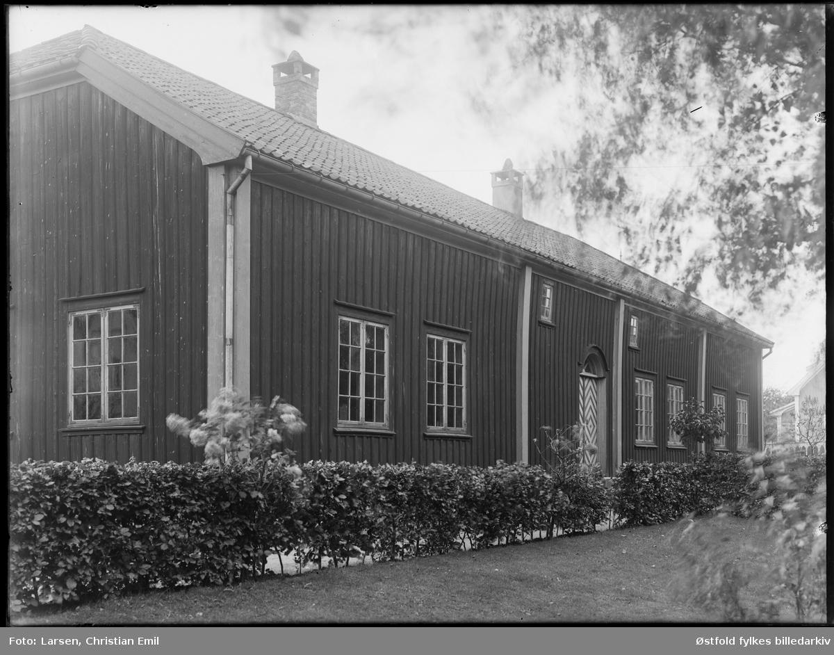 Borgarsyssel Musem, eksteriør Snekkenes-bygningen, fotogafert 1930.   Snekkenes-bygningen var oppprinnelig hovedbygning på Snekkenes Bruk, Os i Rakkestad.  Revet i 1920, flyttet til museet i 1921.
