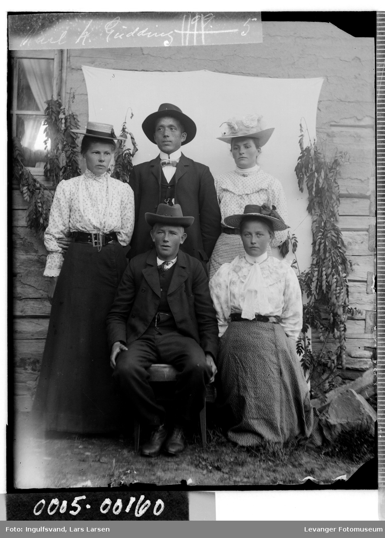 Gruppebilde av tre unge kvinner og to menn.