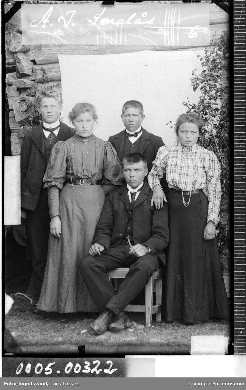Gruppebilde av tre ungen menn og to unge kvinner.