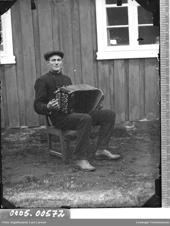 Portrett av mann med trekkspill.