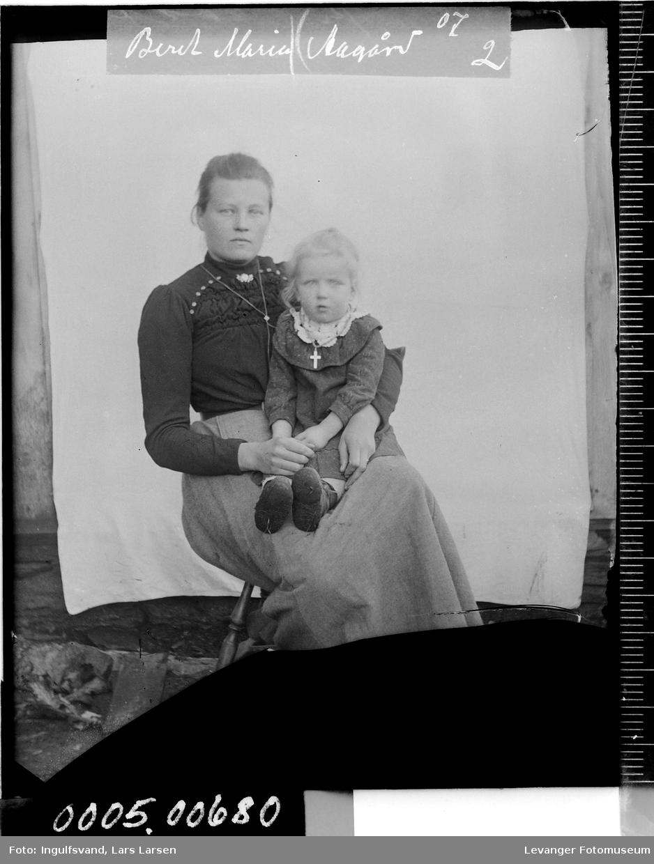Portrett av kvinne og barn.