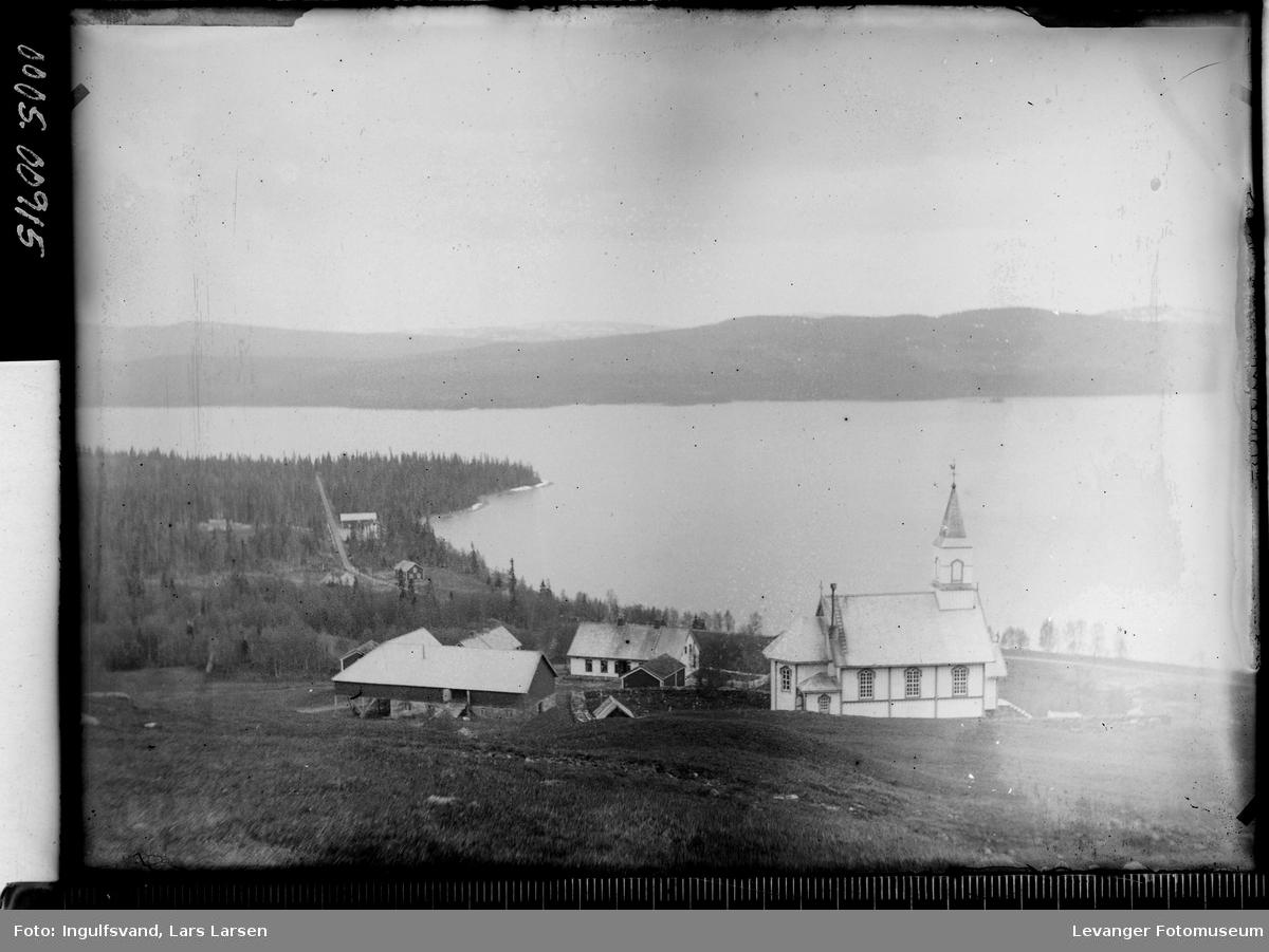 Prestegård ved en innsjø.