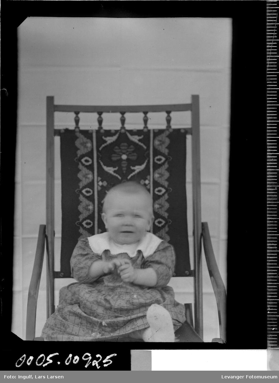 Portrett av et barn som sitter i en stol.