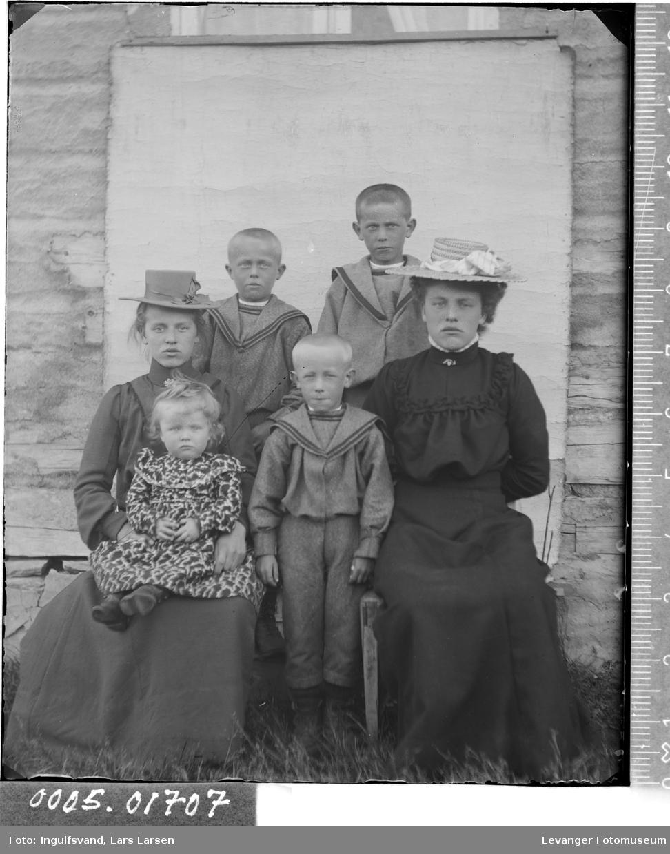 Gruppebilde av to kvinner og fire barn.