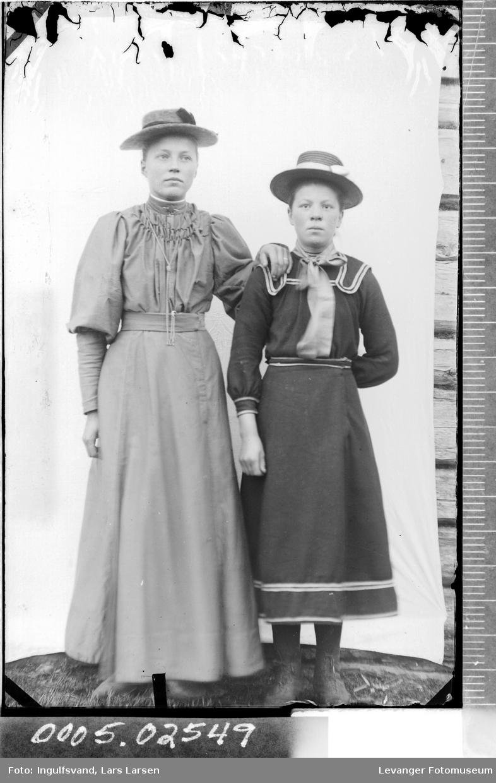 Portrett av to kvinner.