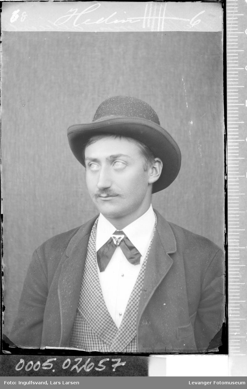 Portrett av mann med hatt.