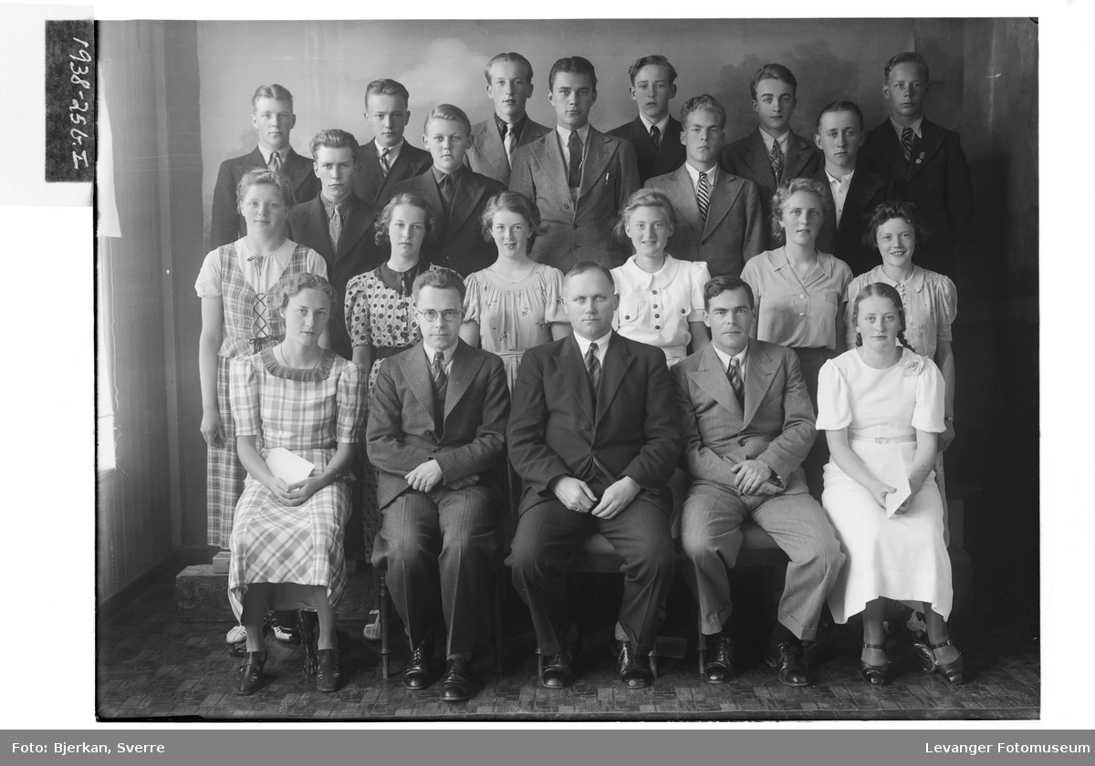 Levanger Middelskoles avgangsklasse i 1938 II