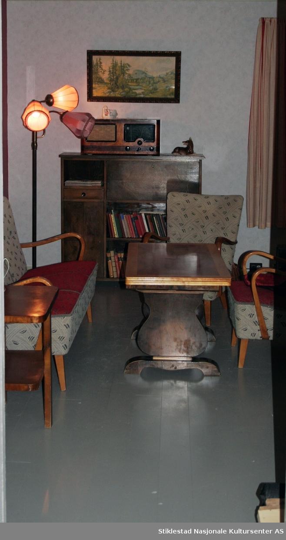Bygning i laftet tømmerkasse, bordkledd. Ca. 12 meter lang og 5,5 meter bred og i 1 ½ etasje. Tømmerkassen står på en betongmur av pusset lekastein.  Bygningen er flyttet og oppsatt slik den fremstod utvendig ved overtakelse, bordkledd, med bislag og med sementstein på taket. Gjersinghuset er innredet med miljø fra 1958, med en blanding av moderne og eldre møbler.