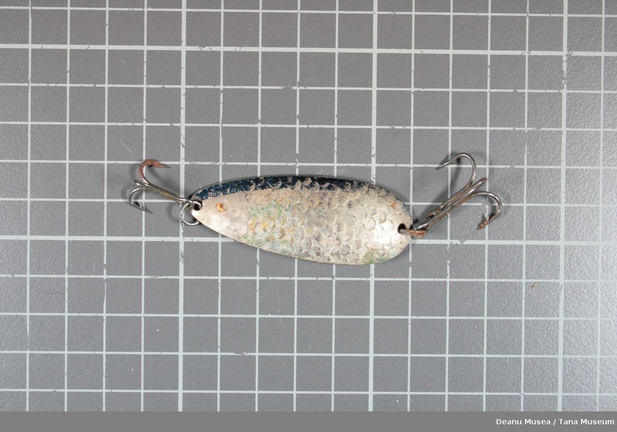 Sølvfarget med fiskeskjell mønster, blå tynn stripe.