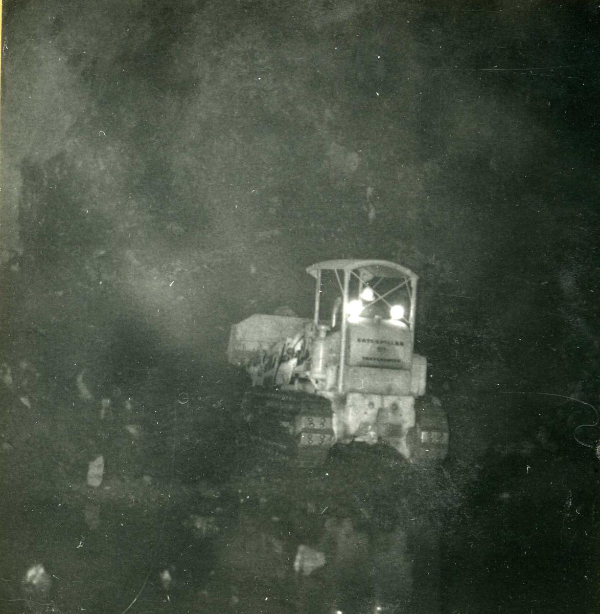 Tilløpstunnel frå Vesås. Anleggsmaskin i tunnel