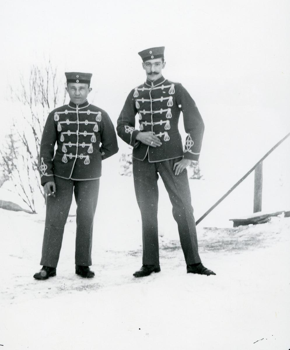 To tyske soldater i uniform, snølandskap