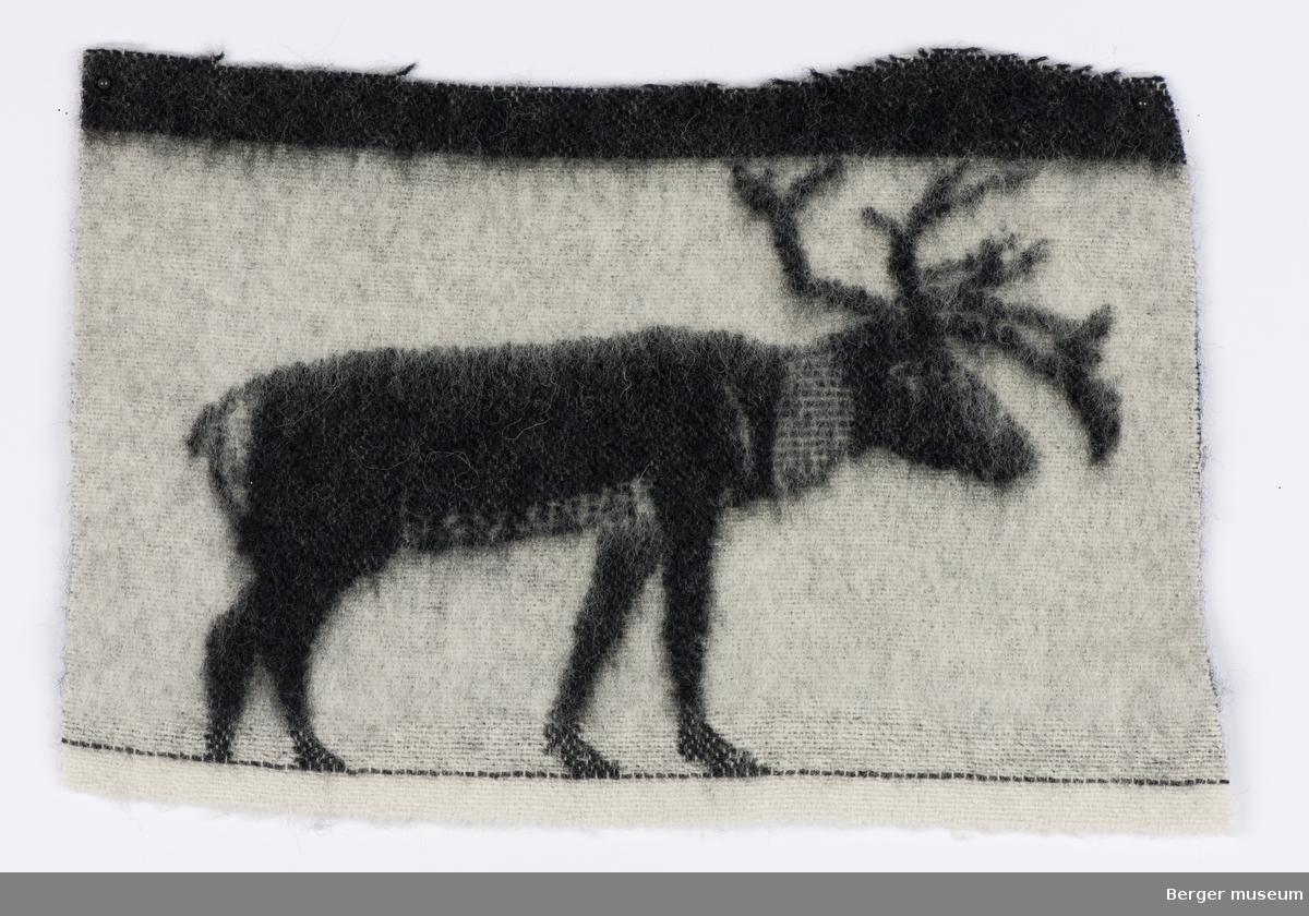 Svarte reinsdyr på hvit bunn.