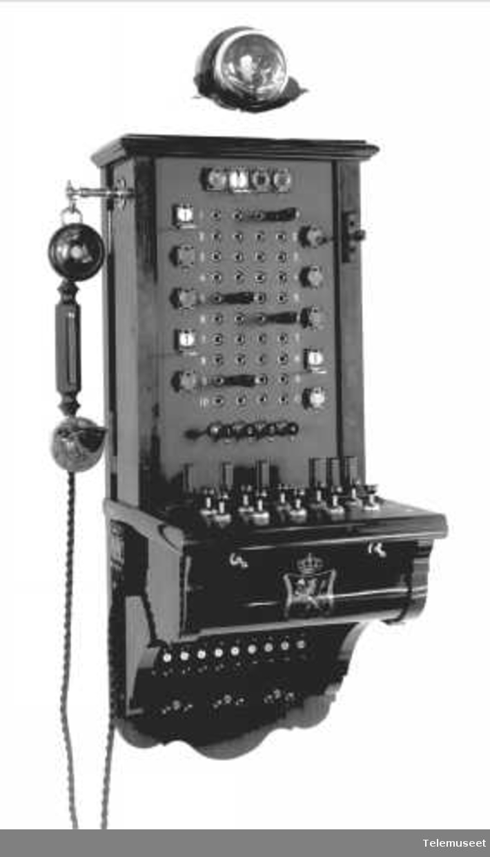 Telefonapparat, magneto veggtelefon i tre, klokke 400 ohm. For Ericsson Bell Glasgow. Elektrisk Bureau.