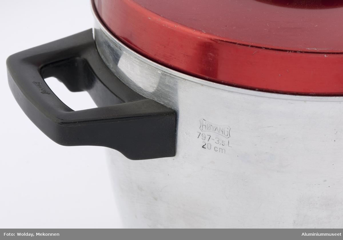 Ørekasserolle i HØYANG EXTRA-serien. Polert aluminium uten innvendig teflonbelegg. Rødeloksert lokk med svart bakelittring.