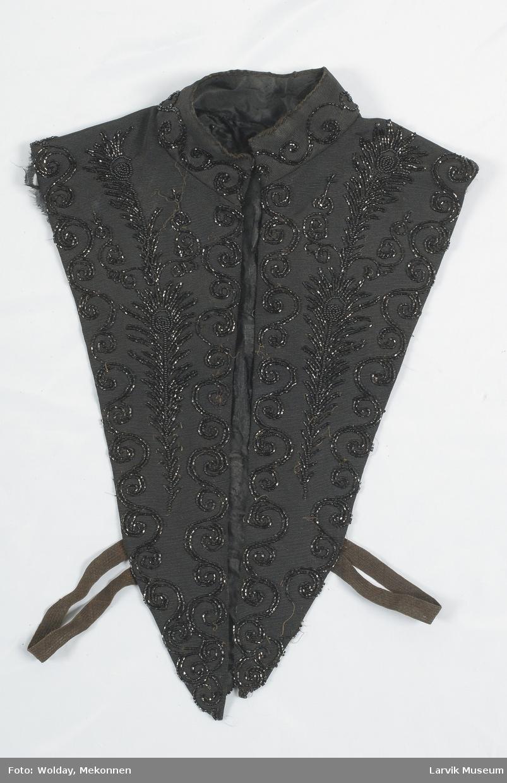 Form: sort silkerips med broderi av sorte glassperler,