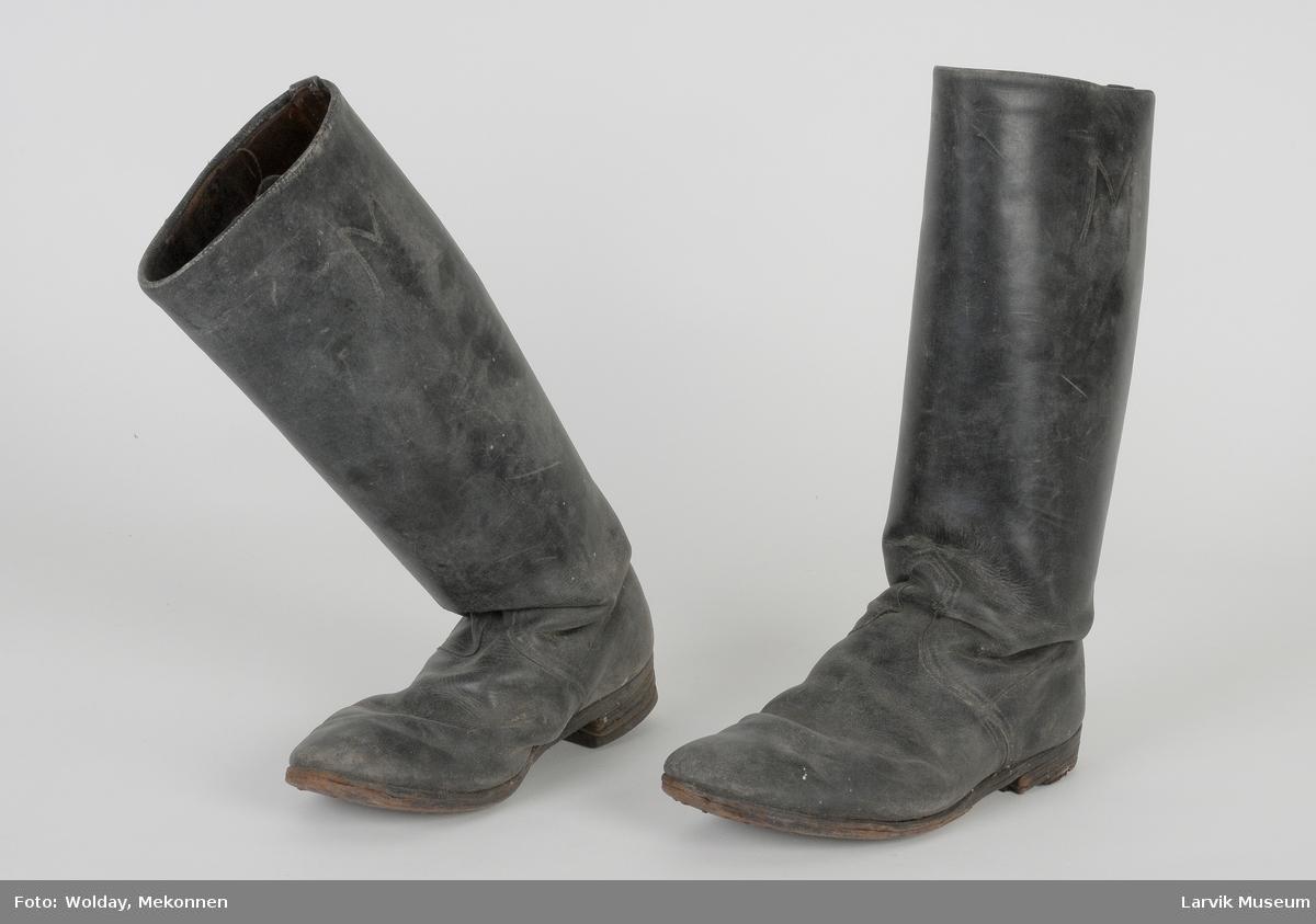 Form: Lange støvler, en liten bred hel. To bånd som stropper på hver sin side inni.