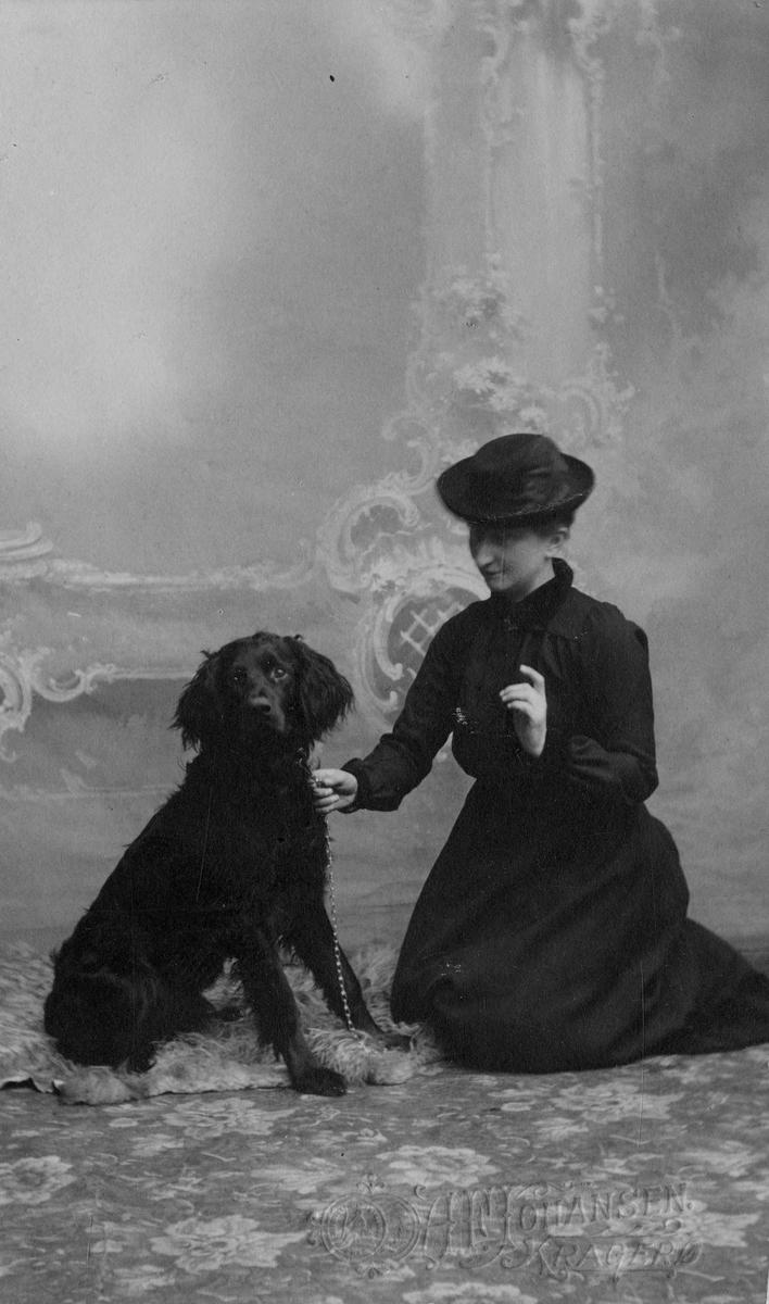 Henriette Marie Homann. Jeia i  mørk kjole og hatt sammen  med hund i fotoatelier, 3 stk (kopi av eldre plate)