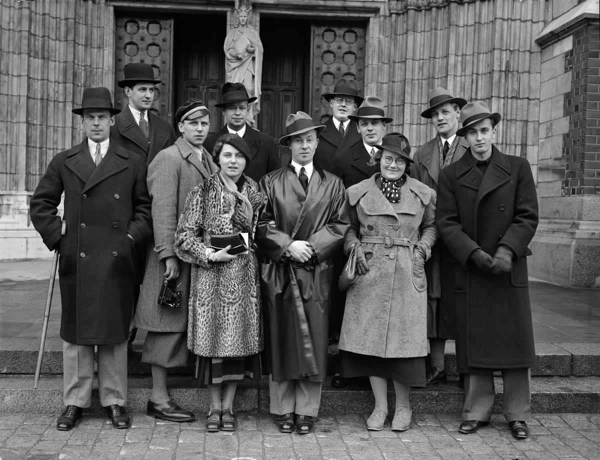 Grupporträtt - kvinnor och män utanför Uppsala domkyrka, Uppsala 1935