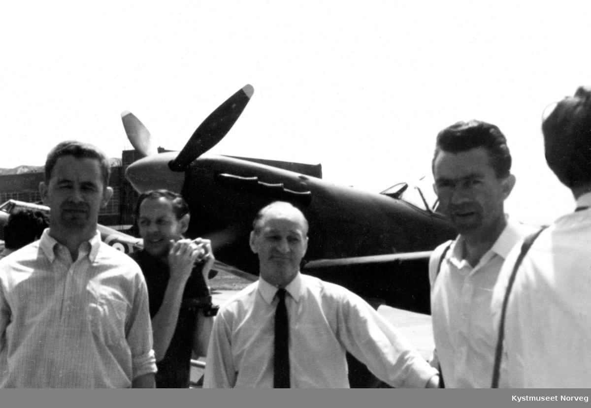 Ukjente menn foran et fly