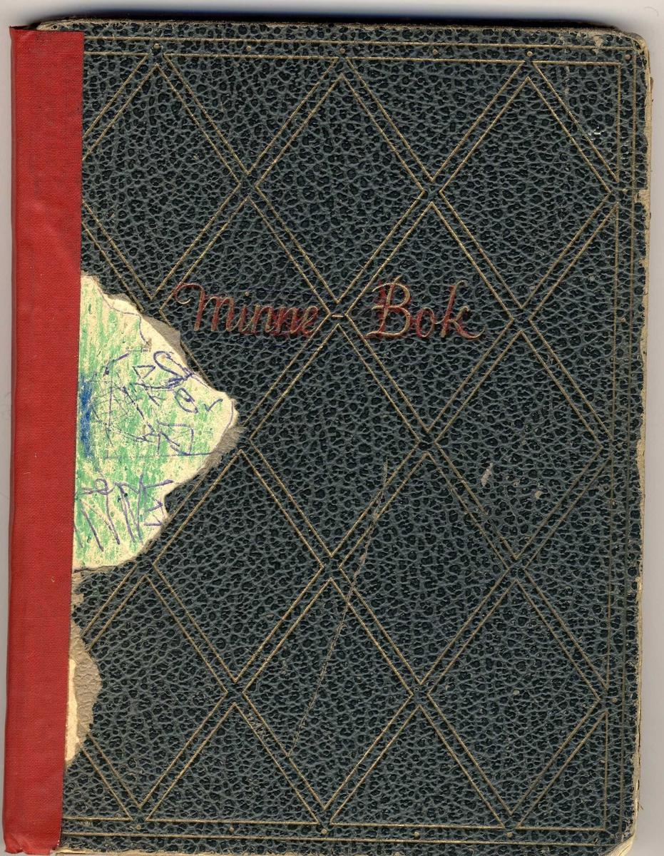Grønn minnebok med gullmønster. Tapet med rød tykk tape i ryggen. Noe slitt. Tapen i ryggen løsnet. Brukt tidlig i småskolen.