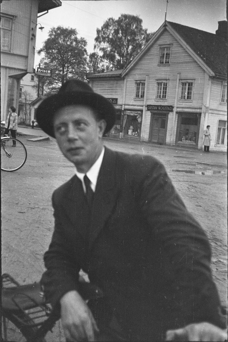 17. mai. Elverum.  1954.  Østmoehjørnet.