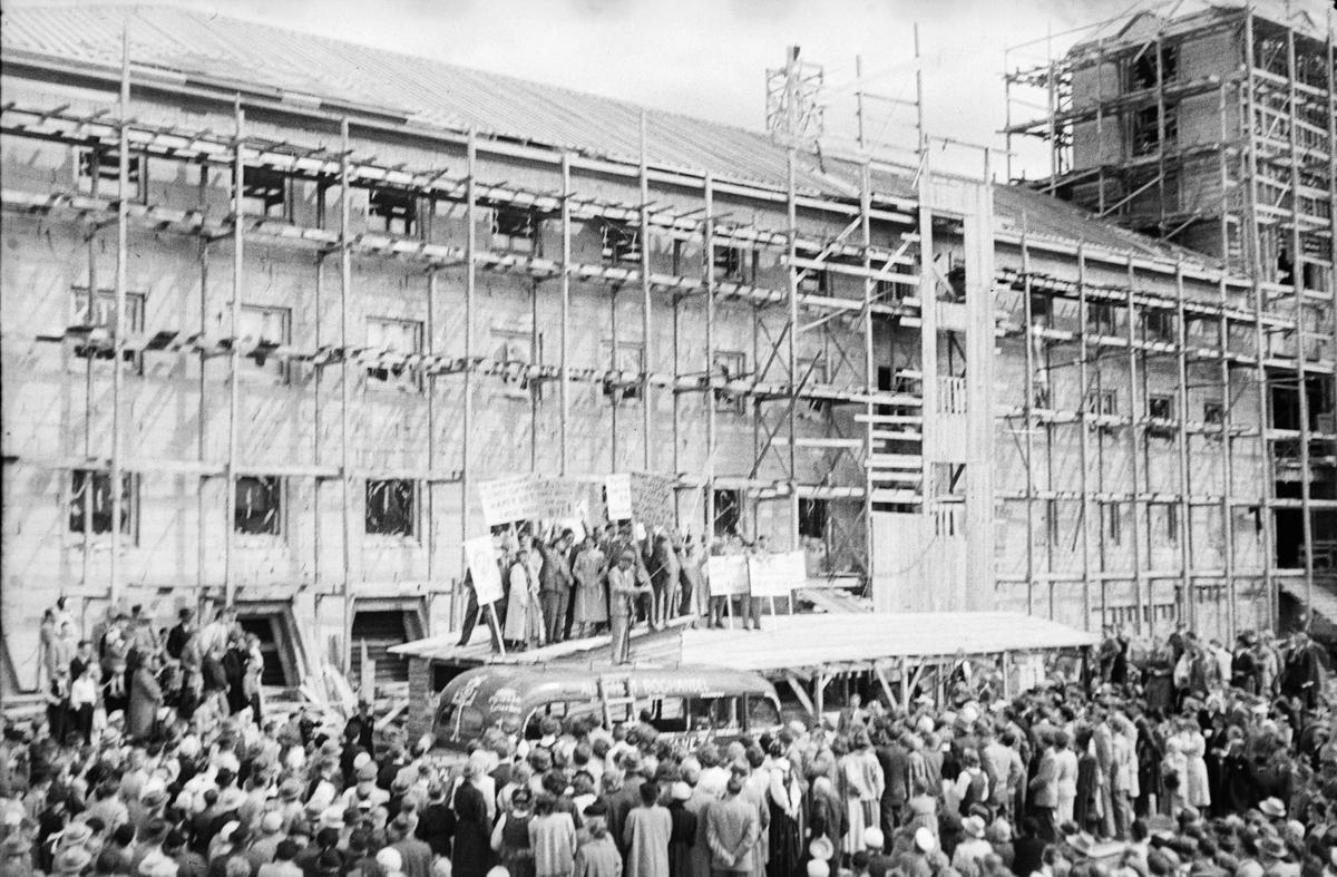 17. mai. Elverum.  1954.  Folkemengde ved rådhuset som er under bygging. Russ.