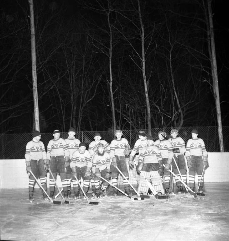 """Enligt notering: """"Ishockey Munkedal 24/2 1960""""."""