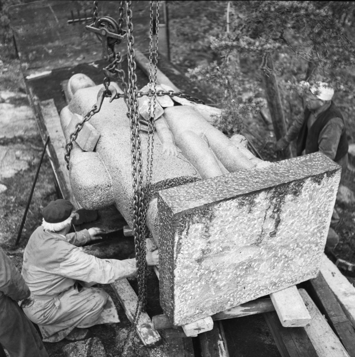 Transport och resning av monument