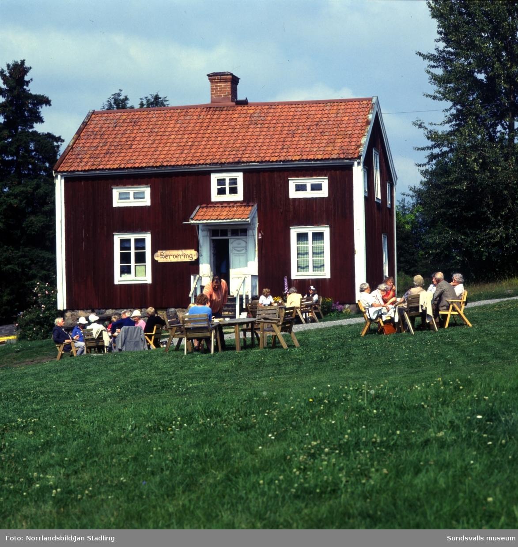 Allsång och fika på Alnö hembygdsgård, Tunet, invid Alnö gamla kyrka.