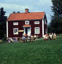 Allsång och fika på Alnö hembygdsgård, Tunet, invid Alnö gam