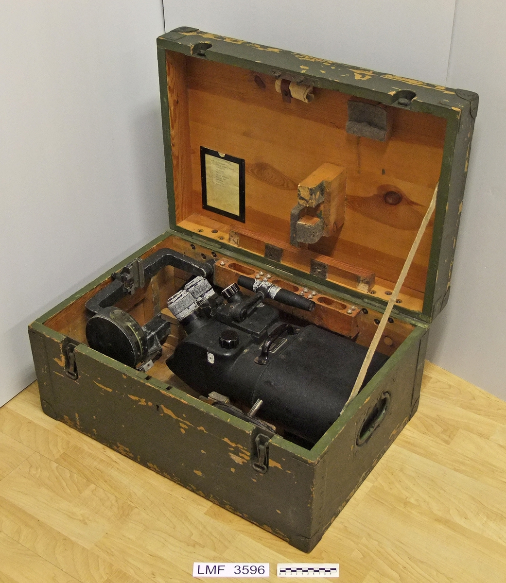 Målkikkert med tilhørende kasse for oppbevaring og transport. Brukt på Lista Flystasjon ifm. observasjon / overvåking. Produsert i Tyskland.