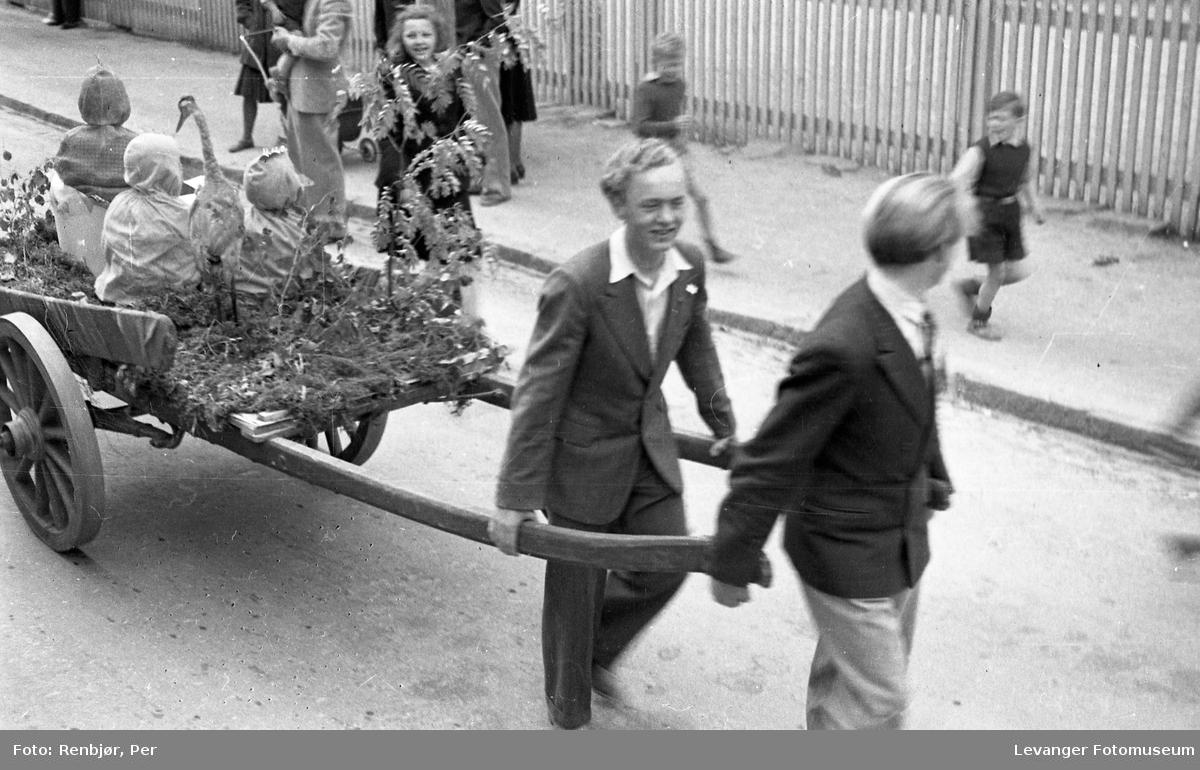 Barnas dag, Levanger, utkledde barn kjøres med bikkvogn.