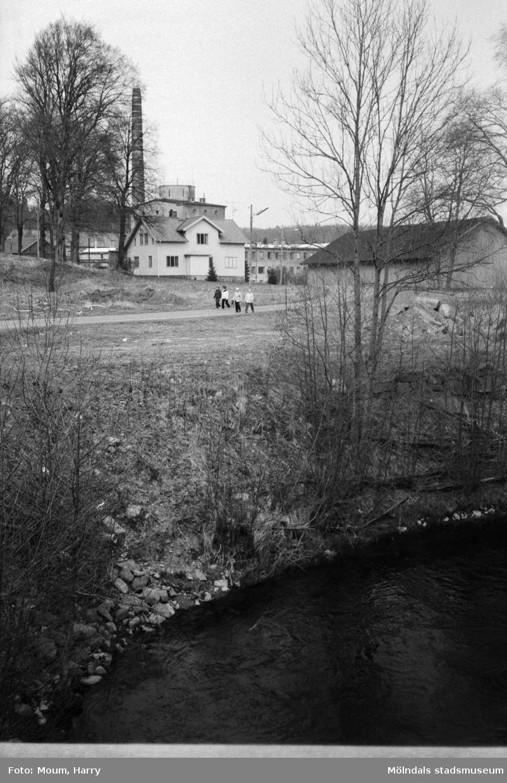 Lindome Hembygdsgille anordnar sockenvandring i Lindome, år 1983. Promenad längs Gödebergsvägen.  För mer information om bilden se under tilläggsinformation.