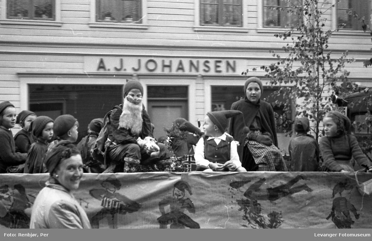 Barnas dag, Levanger, barn utkledd som nisser på et lasteplan.