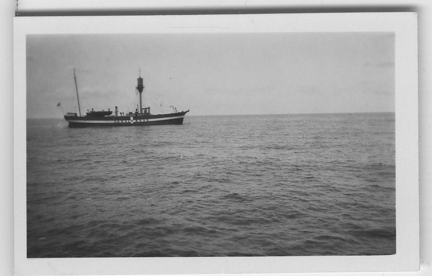 'Akkaexpedition, Bilder från Läsö och från båten (Skandia, FC51, FG51). ::  :: Fartyg till havs, på båten står: ''Asholtknob''[?]. ::  :: Ingår i serie 5089:1-63. Se även fotonr 2401-2453.'