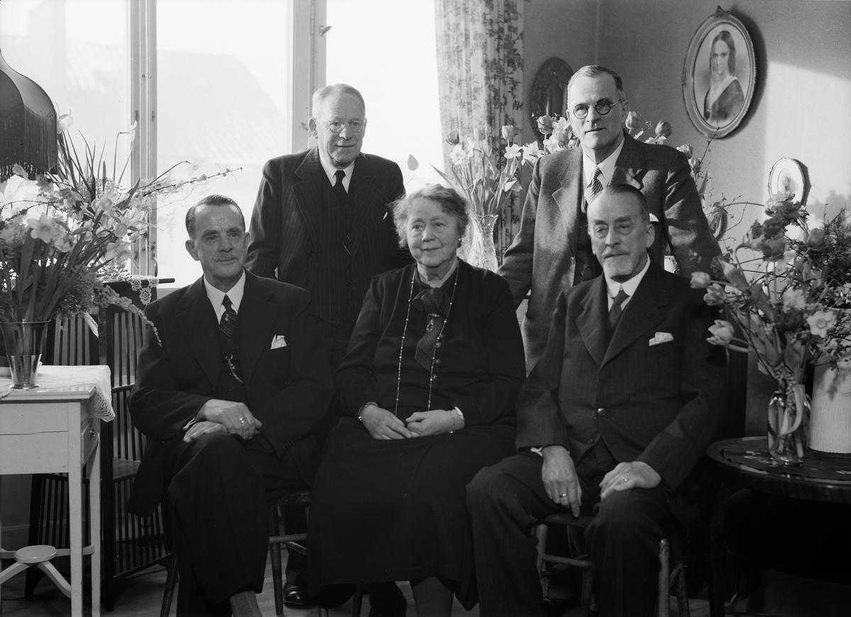 Grupporträtt i hemmiljö, sannolikt Uppsala, 1947
