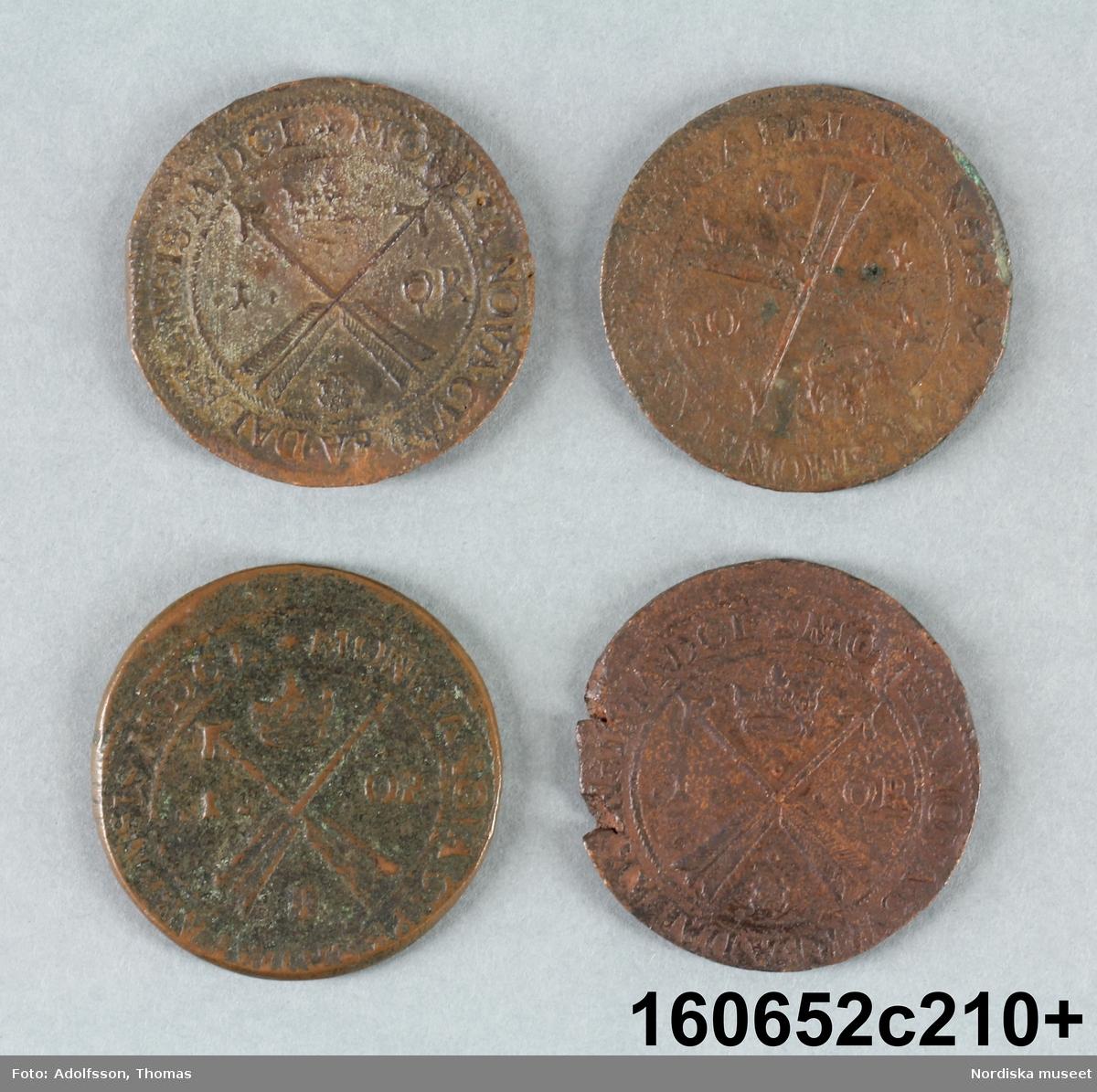 Fyra likadana mynt.