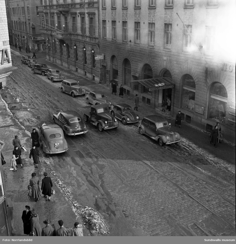 Tät trafik på Storgatan invid Handelsbanken.