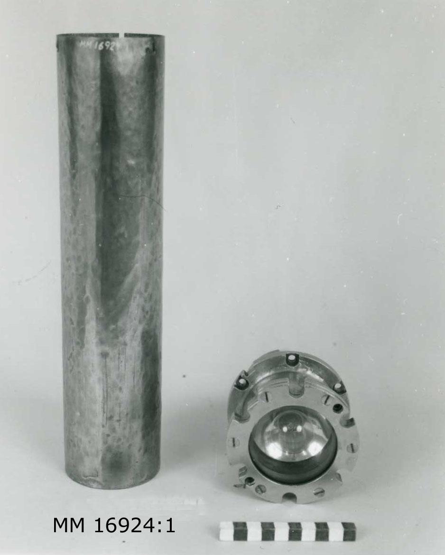 Utgörs av tre lampor med vardera en lamphållare samt en batterihylsa. Lampbehållaren innehåller en lampa bakom kraftigt glas, skruvhål i kanterna samt i andra änden ledningar och dosor för batterianslutning. Lampbehållaren förs ned i batterihylsan och fästs till denna genom sprintar. Batterihylsan är cylinderformad. Båda delarna av mässing. MM 16924.1-3 är ej exakt lika.
