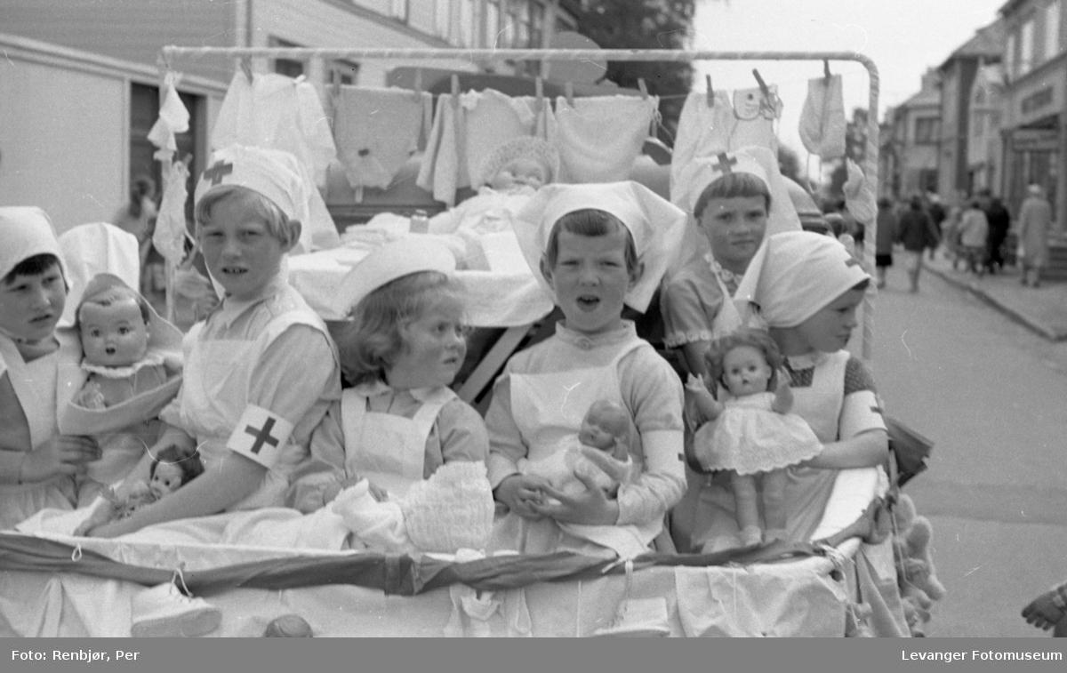 Barnas dag, Levanger, jenter utkledde som sykepleiere.