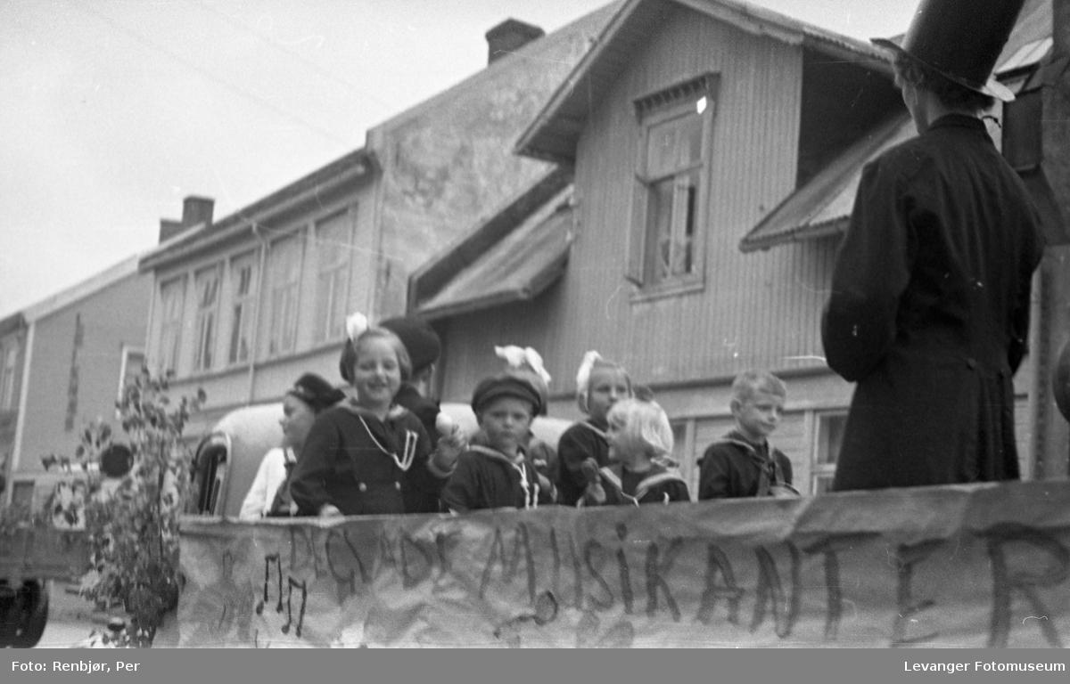 Barnas dag, Levanger,barn i matrosklær på en lastebil.