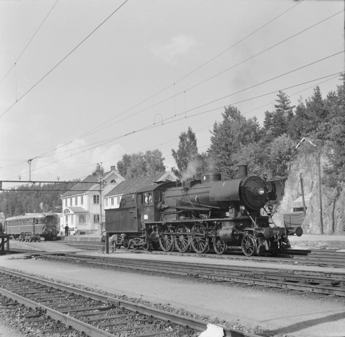 Damplokomotiv type 30a nr. 274 på Neslandsvatn stasjon. Lokomotivet skal trekke toget til Kragerø.