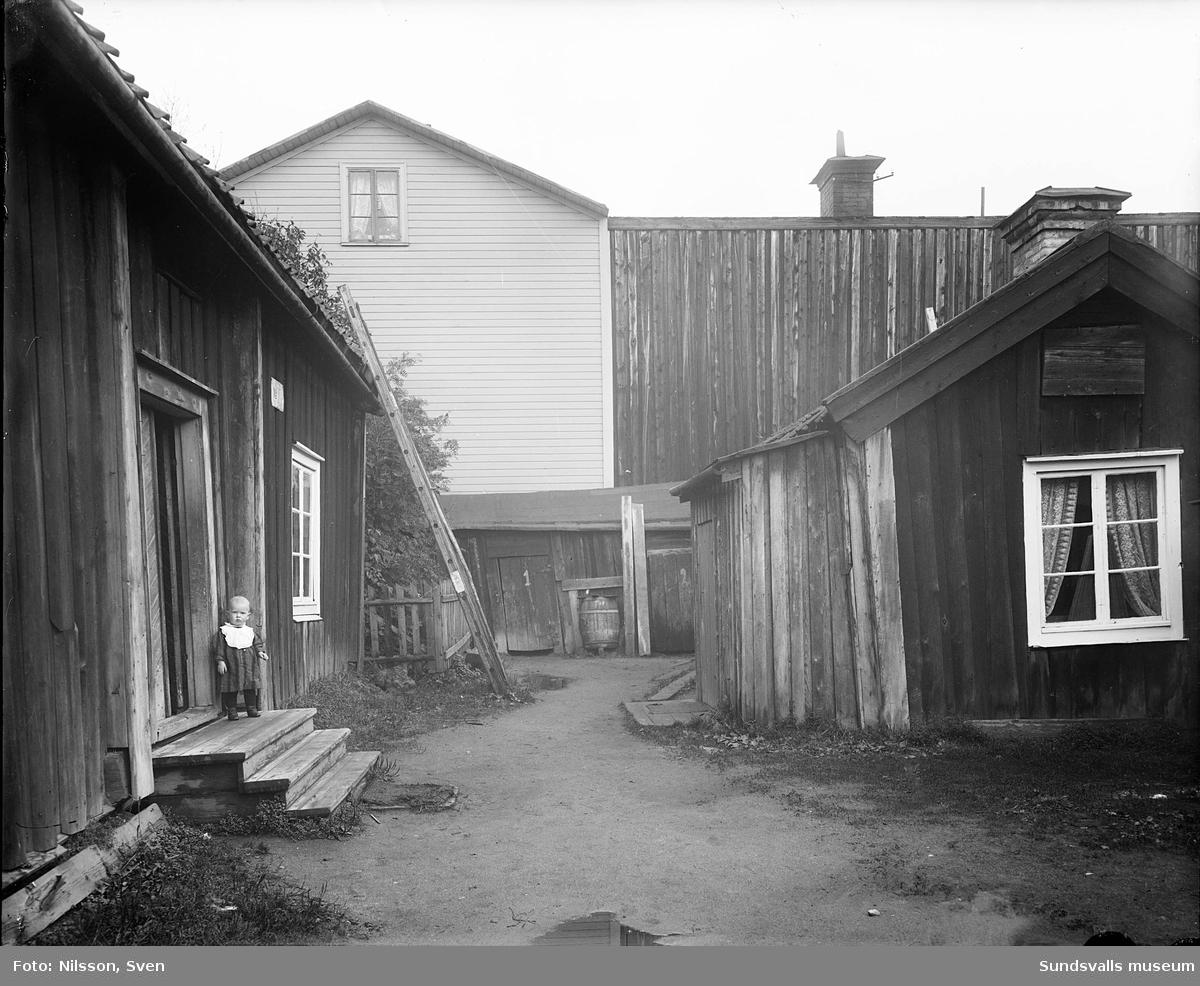 Inifrån gården, Norrmalmsgatan 11, änkan Löfgrens och änkan Häggs gård.