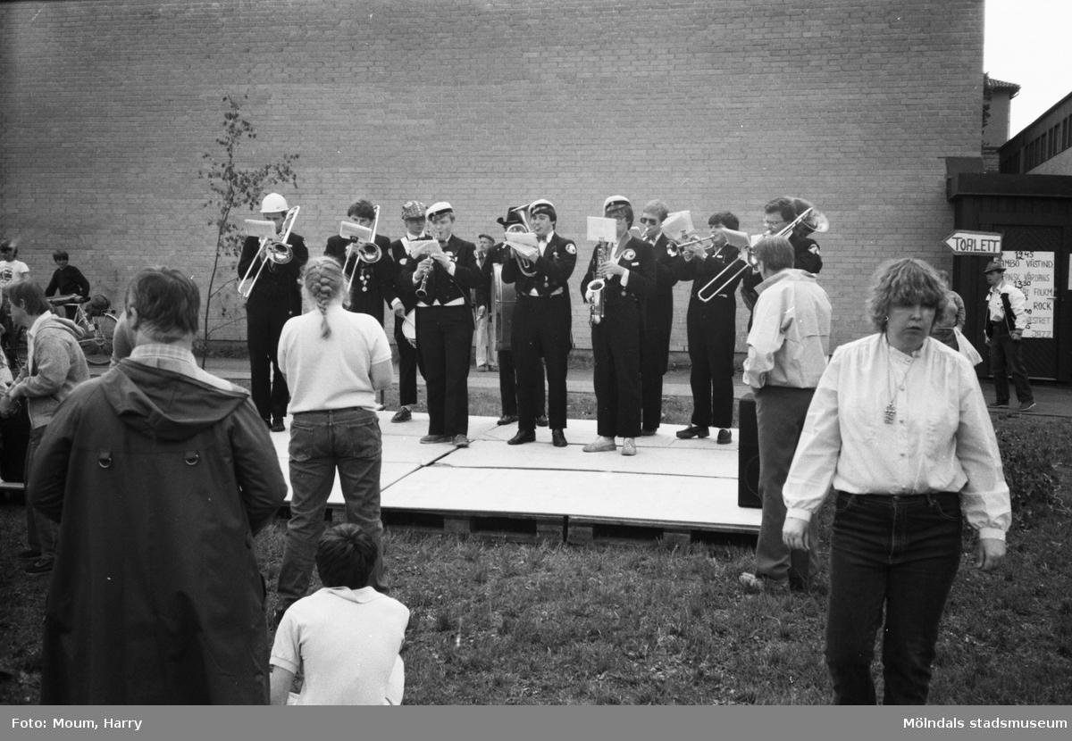 Vårmarknad på Stretered i Kållered, år 1983. Musikframträdande med orkester.  För mer information om bilden se under tilläggsinformation.